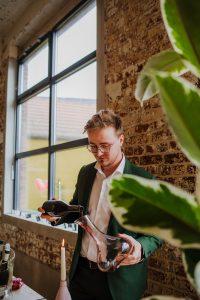 Sommelier Kjell Deblieck aan het werk op een wijndegustatie van Vinifera
